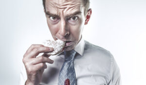 uomo che mangia