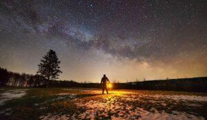 Uomo cielo stellato